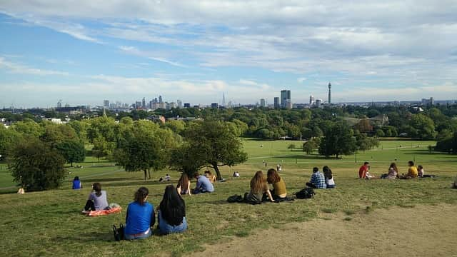 people at primrose hill, reservar una estancia con una familia de acogida